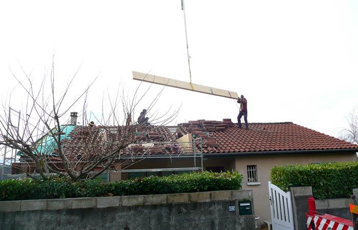 06 Installation-poutres-bois-2 in Surélévation Castres (81)